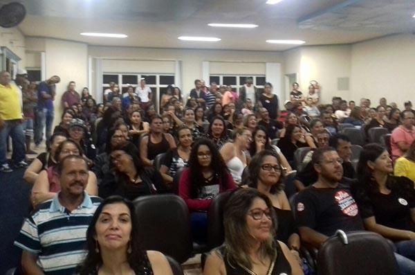 Professores vestem preto durante sessão da Câmara dos vereadores