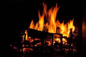 Um Homem cai em uma fogueira em chamas e é resgatado por amigo