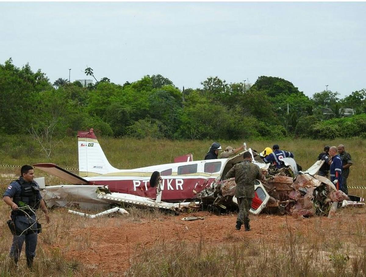 Três morrem em queda de avião