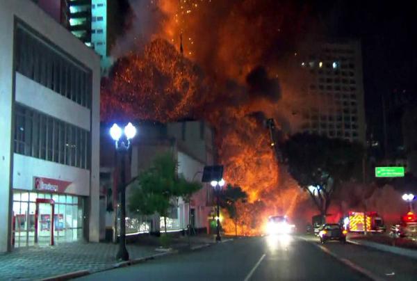 Prédio da Polícia Federal desaba durante incendio