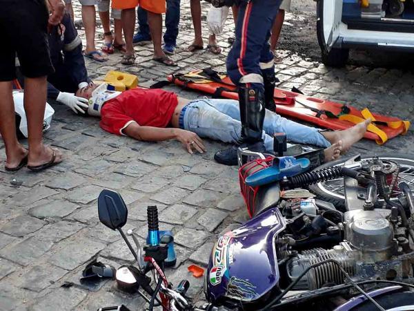 Ônibus escolar se choca com moto e deixa um ferido grave