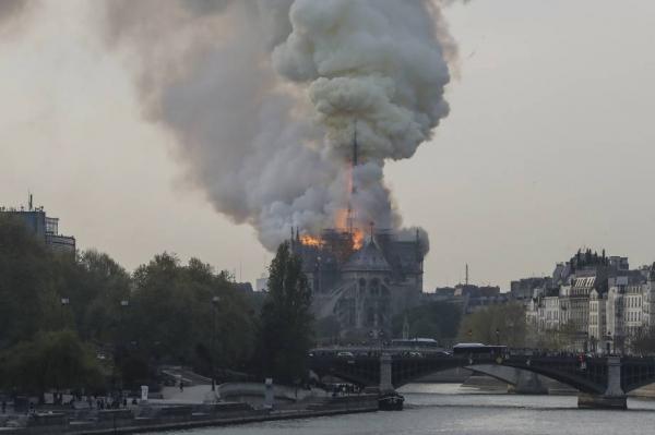 Um grande incêndio consome em chamas a catedral de Notre Dame em Paris