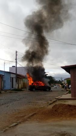 Carro explode no bairro do Tigre em Poções