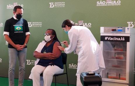 A enfermeira Monica Calazans de 54 anos recebe a primeira dose da Vacina CORONAVAC em Sao Paulo