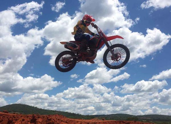 Piloto testa  a pista de Motocross no Teixeirão